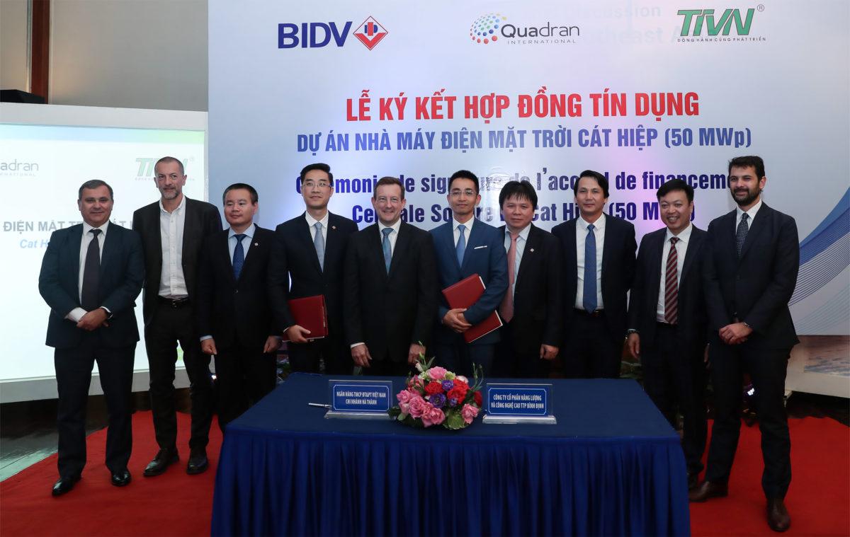 Cérémonie de signature de l'accord de crédit du projet d'énergie solaire photovoltaïque de Cat Hiep