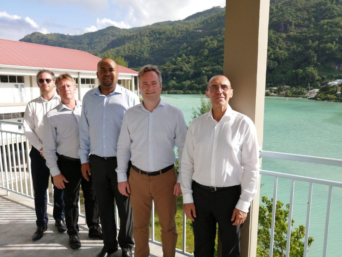 De gauche à droite, Arnaud Suquet (Sous-Directeur de la direction Afrique et Océan Indien), Roland de Rosnay (Qair), Wallace Cosgrow (Ministre de l'Environnement, de l'Energie et du Changement Climatique des Seychelles), Jean-Baptiste Lemoyne (Secrétaire d'État auprès du ministre de l'Europe et des Affaires étrangères), Dominique Mas (Ambassadeur de France aux Seychelles)